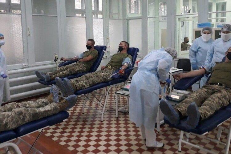 24 літри: військові у Рівному здали кров для дитячої лікарні