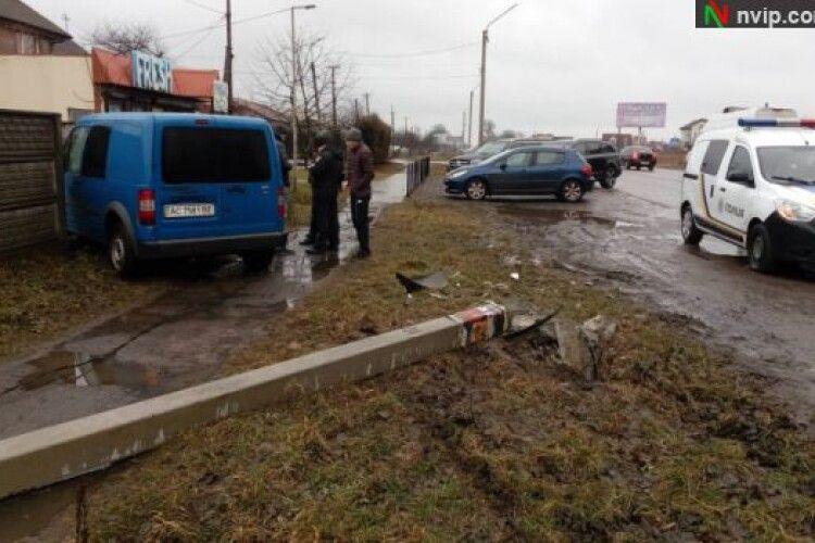 У Нововолинську «Форд» збив опору та протаранив паркан