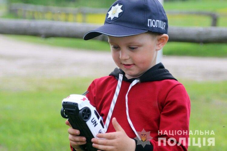 Поліцейські провідали хлопчика, якого на Рівненщині переїхав трактор (Фото)