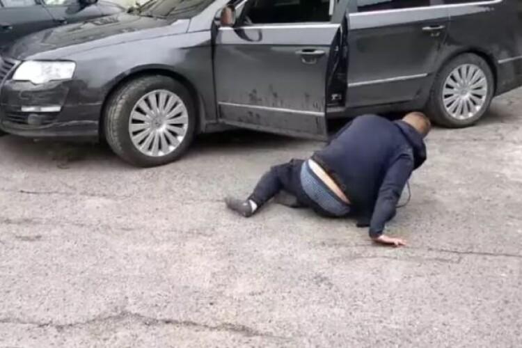 Водій повзав по асфальту і благав перехожих не здавати його копам (Відео)