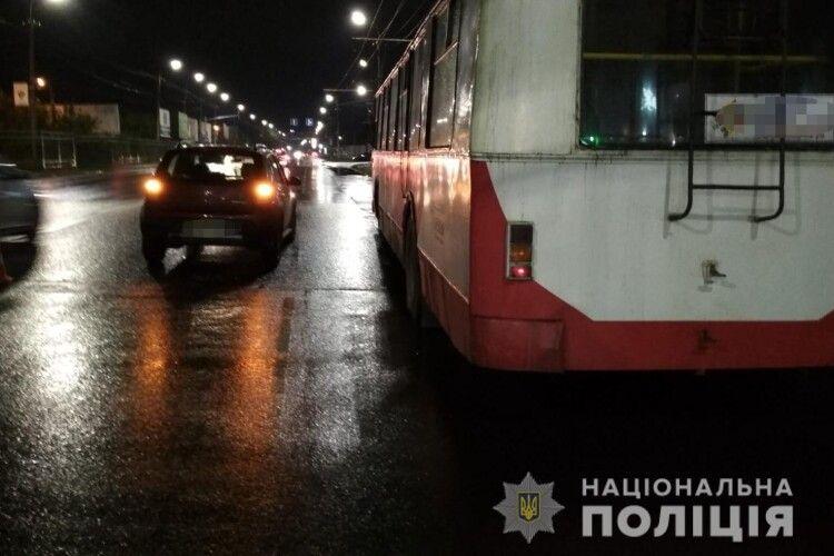 У Луцьку, поки водій ремонтував тролейбус, його... збила машина (Фото)