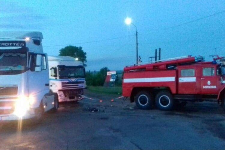 Пасажир і водій легковика потрапили в лікарню після зіткнення з вантажівкою