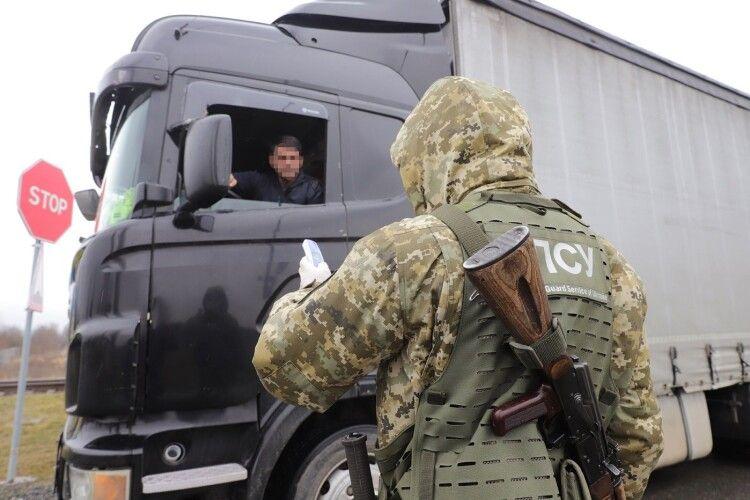 Повертаючись з Польщі українець приховав товару на 700 тисяч гривень (Фото)
