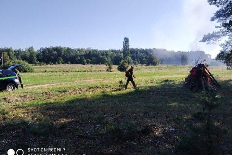 Кілька бригад надзвичайників «рятували» від пожежі ліс на Ратнівщині (фото)