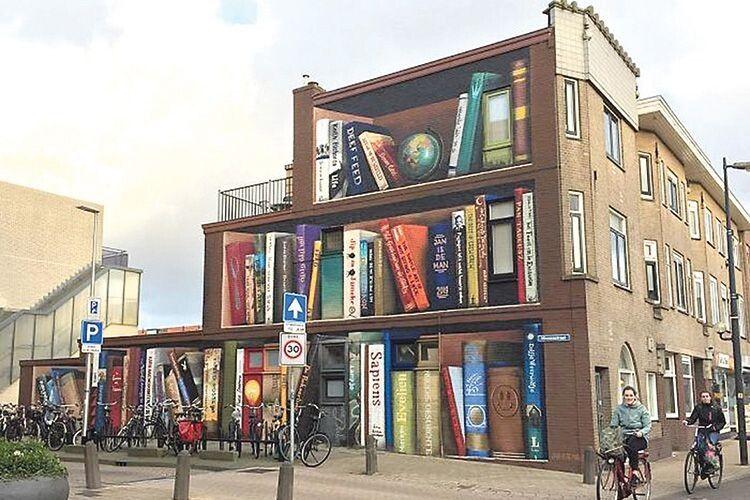 На фасаді будинку —  улюблені книги його мешканців