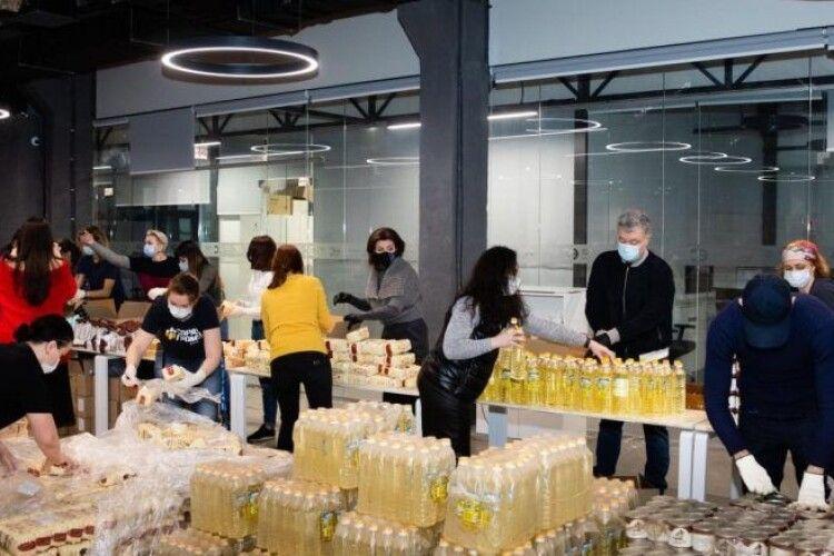 Порошенки з волонтерами зібрали 2 тисячі продуктових наборів для допомоги людям із вразливих груп