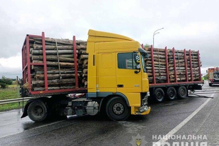 На Рівненщині 22-річний водій «Renault Megane» вирішив помірятися силами з лісовозом (Фото)