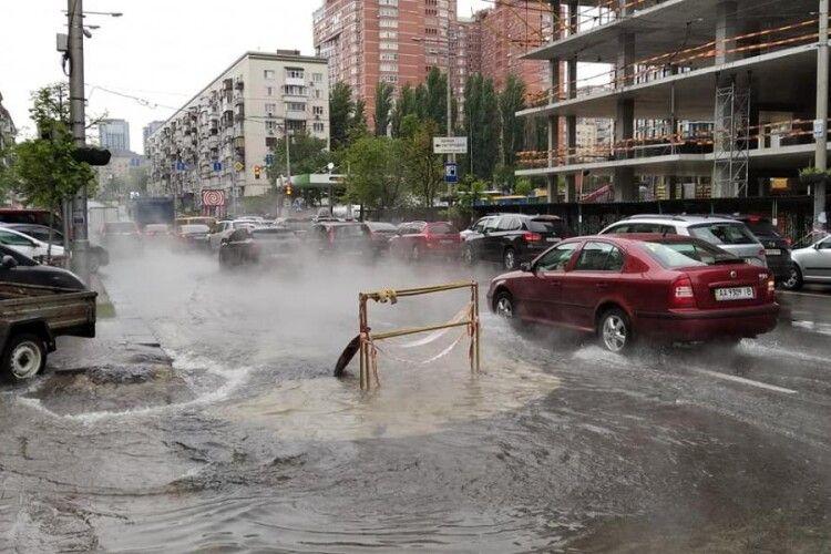 Прорвало водогін у самісінькому центрі Києва: столичну вулицю заливає окропом (Відео)