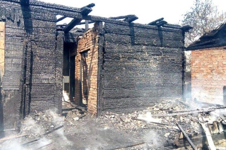 Рівненські рятувальники загасили хату, але жити в ній уже неможливо