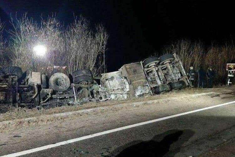 Масова ДТП: зіткнулися бензовоз, поліцейський автомобіль і чотири легковики (Фото)