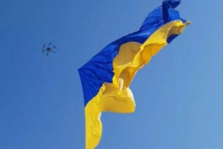 Над Рівним сьогодні літав велетенський прапор (Відео)