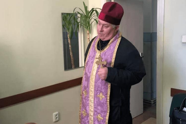 Священник під час освячення квартир вкрав вазон, а дяк сховав (Фото)