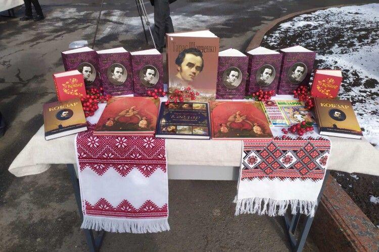 Луцький школяр приніс на шевченківське свято старовинного «Кобзаря», який передається з покоління в покоління (Фото. Відео)
