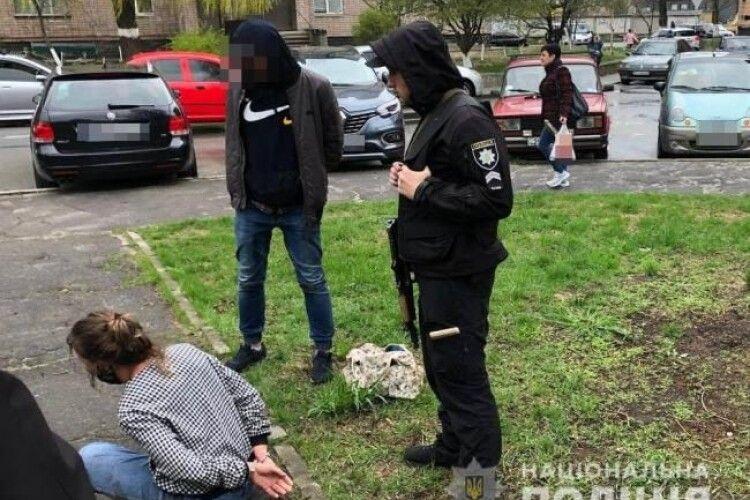 На Рівненщині жінка вдарила поліцейську пляшкою по голові