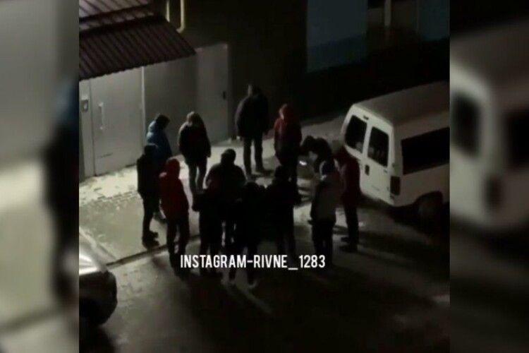 У Рівному 12 таксистів побили пасажира, який не заплатив за поїздку