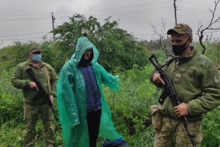 Чоловік під дощем ніс ікони в Росію: перехопили прикордонники (Фото)