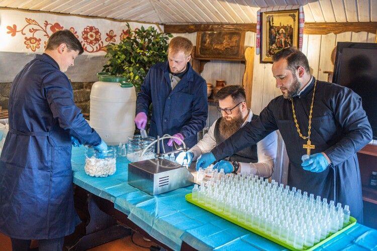 Не духом єдиним: священники виготовляють антисептики для медиків