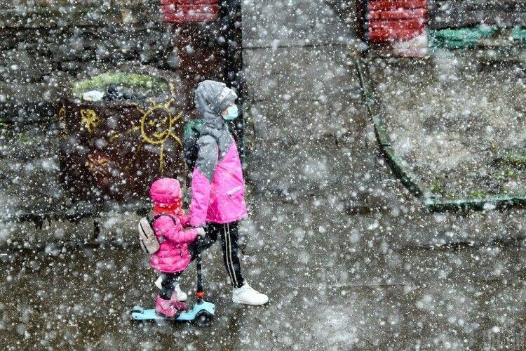 Сьогодні в Україні похолодає і почнуться сильні дощі, у двох областях – з мокрим снігом