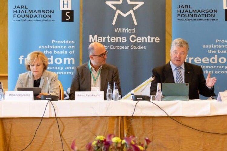Захід має перестати намагатися «не ображати Путіна» – Порошенко на безпековій конференції у Швеції
