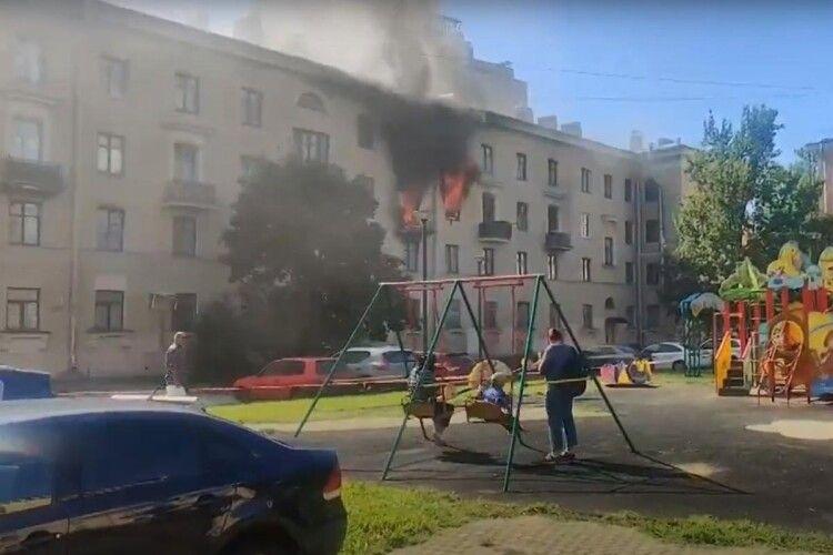 Мережу «підірвало» відео, де діти катаються на гойдалках на тлі палаючого будинку