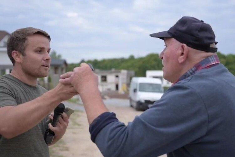 Охоронець з палицею напав на журналіста під час зйомки