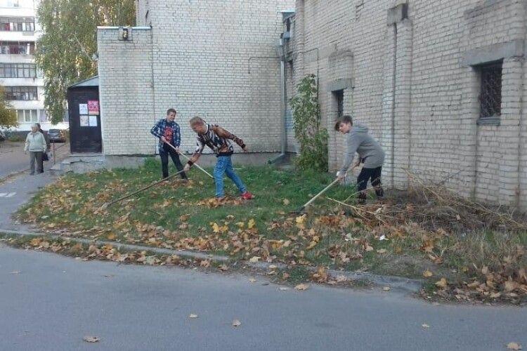 У Луцьку спортсмени взяли в руки граблі і мітли