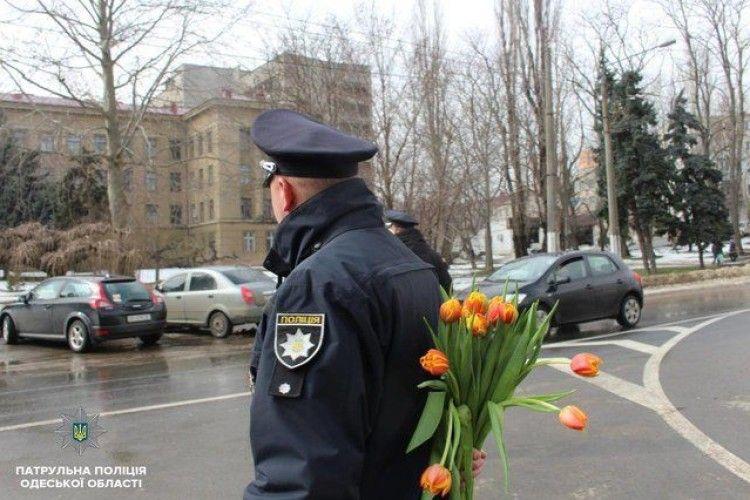 Одеська поліція «полювала» на жінок – з букетами тюльпанів за спиною