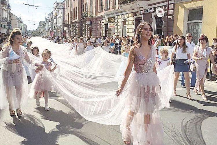 Випускниця одягла сукню довжиною… 102м87см! (Відео)