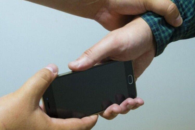 Чоловік і жінка на вулиці пограбували пару волинян: відібрали телефони і гроші