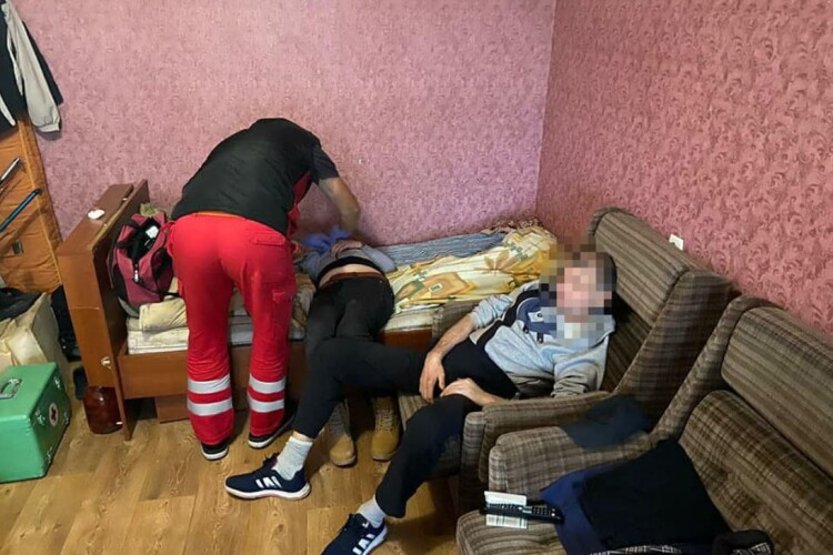 На Рівненщині компанія чоловіків так напилася, що не змогла відімкнути двері лікарям «швидкої» (Фото)