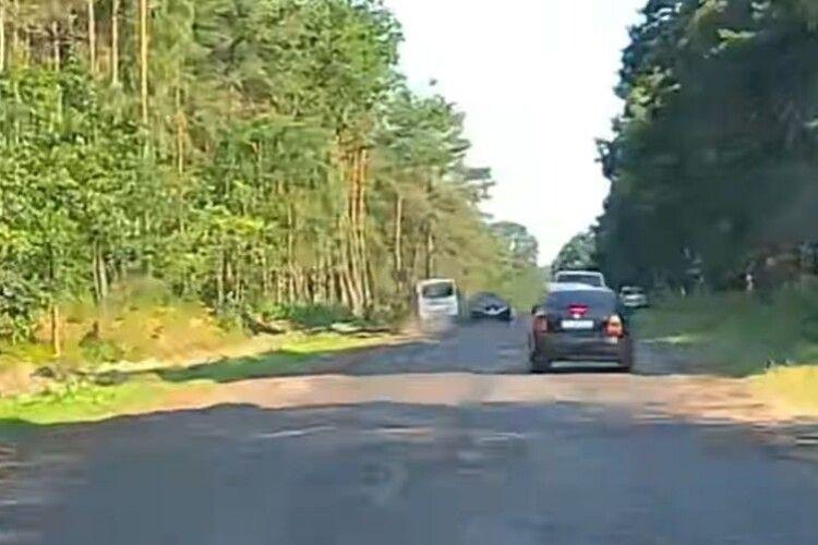 Водій так спішив на Світязь, що ледь не вбив цілий бус пасажирів (Відео)