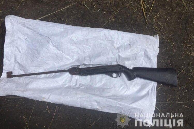 Амфетамін та зброя: у селищі на Волині поліцейські провели обшуки