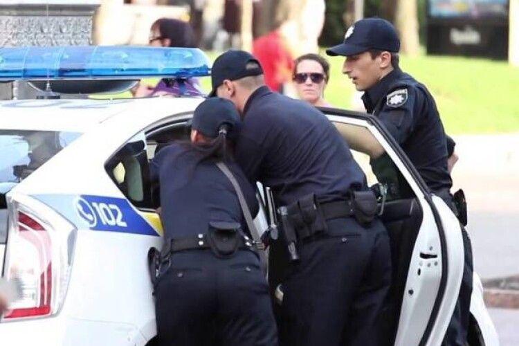 Жінка з немовлям та чоловік без білизни побили поліцейських