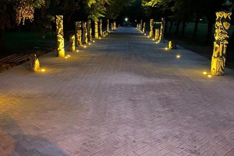 У Центральному парку Луцька підсвітили скульптури Миколи Голованя (Фото)