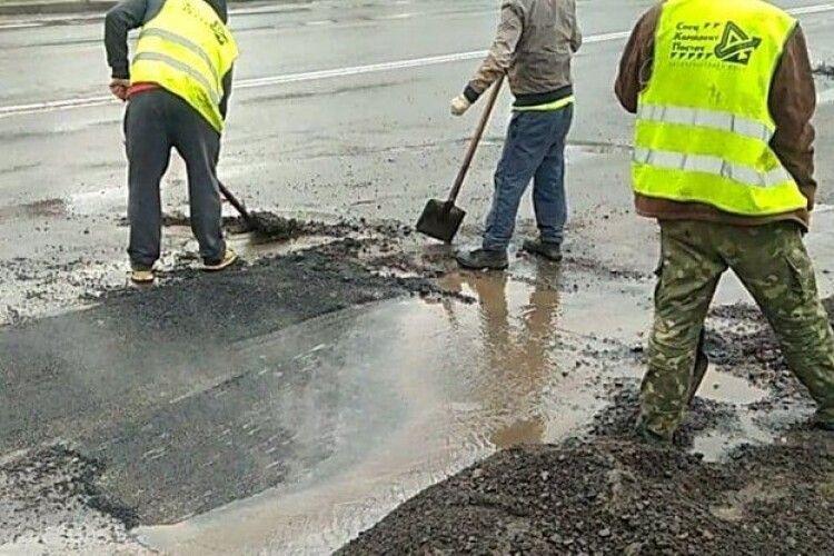 Рівненські майстри-дорожники практикують технологію вкладання асфальту просто в калюжі (Фото)