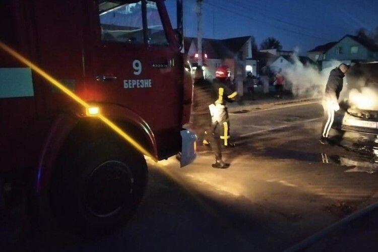 На Рівненщині під час руху загорілася Toyota Camry (Фото)