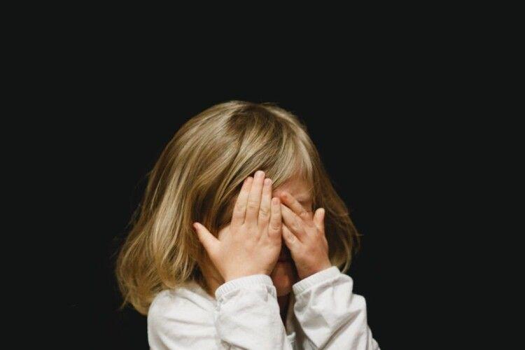 Виривав із рук матері: біля школи невідомий намагався викрасти дитину
