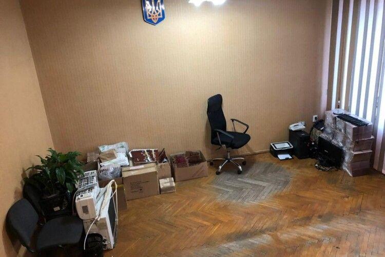 Колишні заступники мера волинського міста, полишаючи посади, забрали й меблі (Фото)