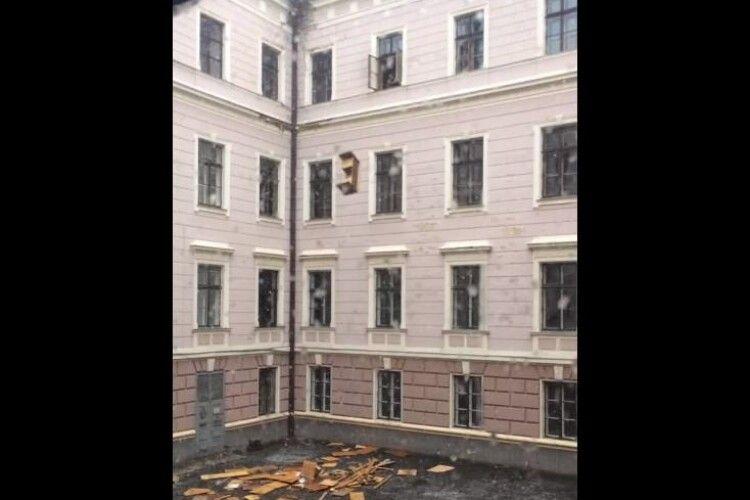 В облдержадміністрації з вікна жбурляли меблі