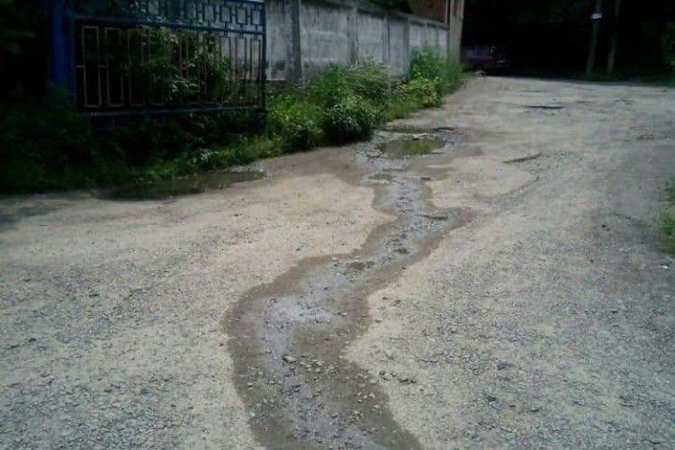 Лучани забули відкачати вигрібну яму – містом потекли нечистоти...