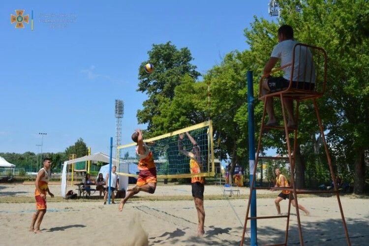 Визначили, хто найкраще з рятувальників грає волейбол