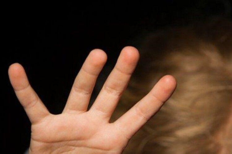 На Рівненщині засудили чоловіка за неодноразове зґвалтування 10-річної падчерки