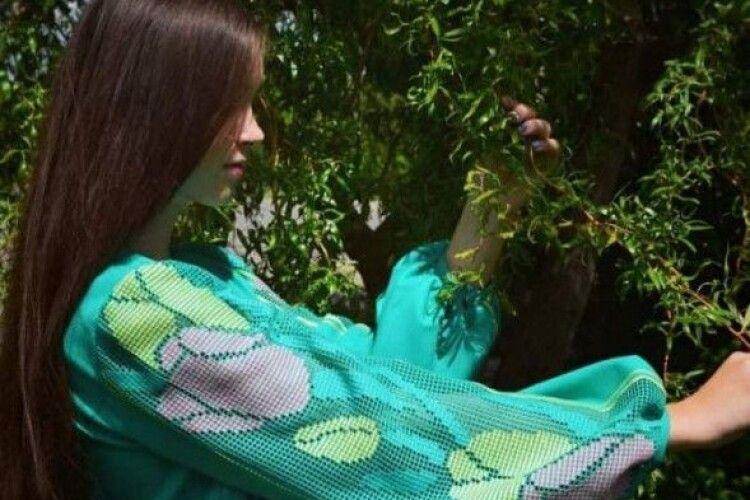 Вишиває старовинною технікою: лучанка перемогла у всеукраїнському конкурсі образотворчого мистецтва (Фото)