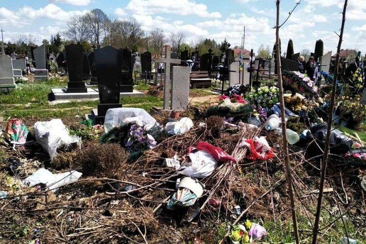 Волинський священник закликає прибрати кладовище