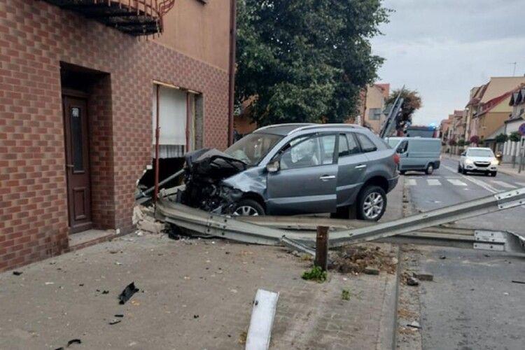 У Польщі українець влетів на авто в будинок, де в цей час спала родина. Момент потрапив на відео