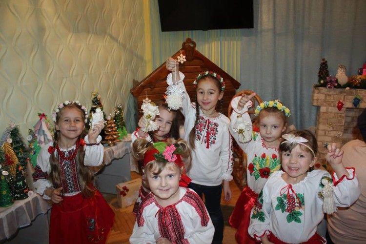 У луцькому «Зоренятку» наминали пампушки, співали колядки та робили різдвяних ангеликів (фото)