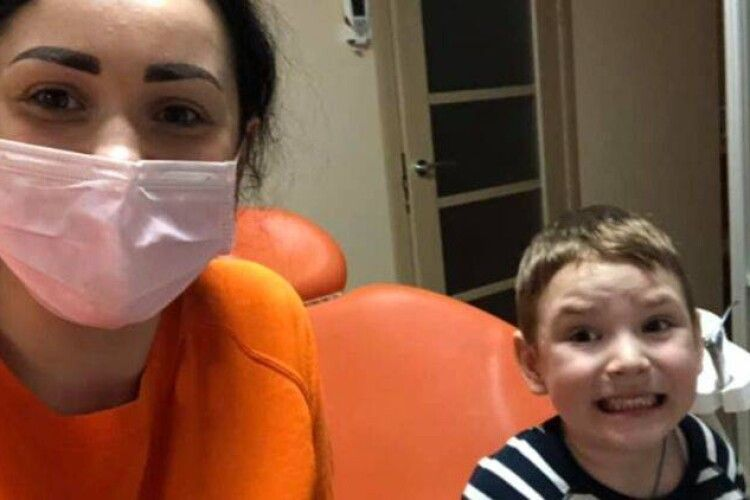 Стоматолог з Рівного, яка знущалася з дітей, продовжує працювати в клініці (Фото)