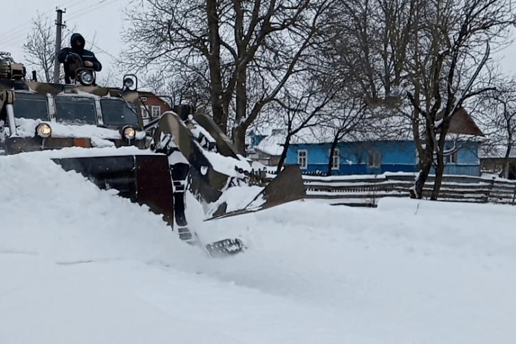 У Волинській області для розчищення доріг від снігу використовують важку інженерну техніку (Фото)