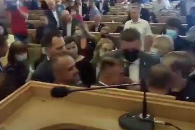 На сесії обласної ради сталася масова бійка (Відео)