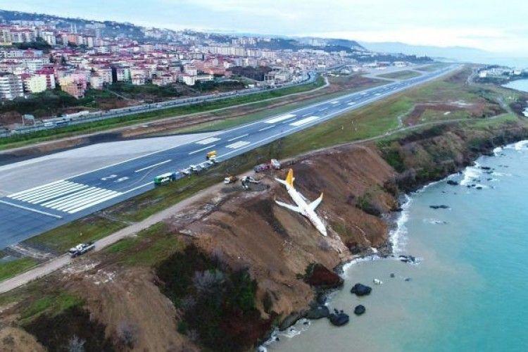 У Туреччині літак завис над урвищем